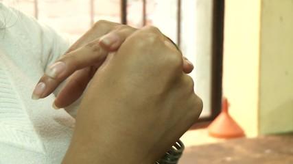 Frau probiert Ring an