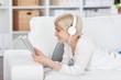 frau mit tablet hört musik
