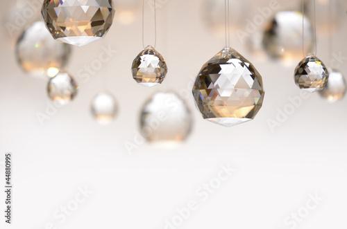 Fototapeta Hängende Kristallkugeln