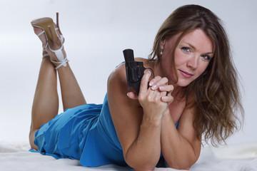 Liegende Frau im Blauen Kleid mit Revolver