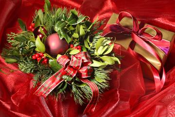 Weihnachtsgesteck mit Geschenk