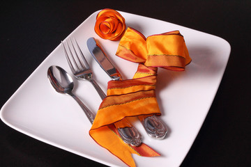 Tischgedeck mit Schleife und Rose
