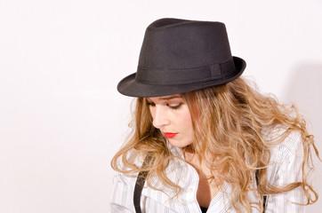 Mujer con sombrero pensando