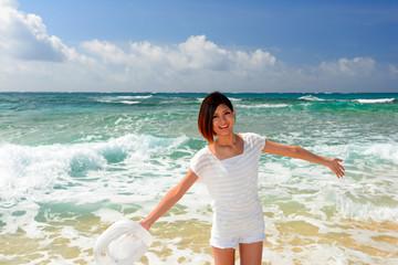 ビーチで寛ぐ笑顔の女性