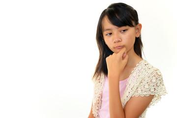 悩んだ表情を浮かべた女の子