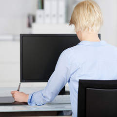 frau arbeitet mit zeichentablet am computer