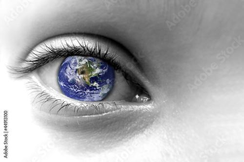 Oeil noir et blanc et planète terre