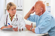 Ärztin spricht mit älteren Patienten