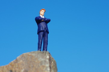 崖に立つビジネスマン
