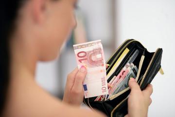 Frau bezahlt