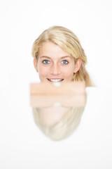 Frau mit Wasserwaage