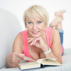Dame liest ein Buch