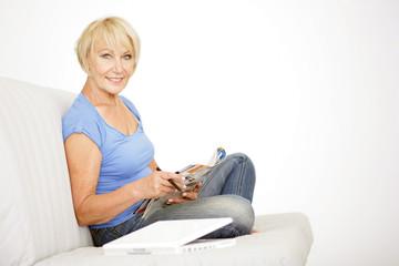 Frau liest eine Zeitung