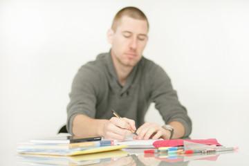 junger Mann macht Hausaufgaben