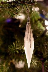 Weisser Weihnachtsschmuck in Zapfenform