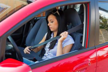 Frau mit Sicherheitsgurt in einem Auto