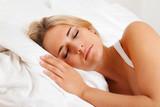 Frau beim Schlafen im Bett.