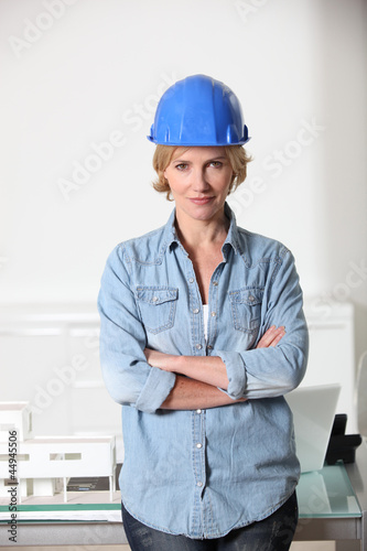 Woman weaing a hard hat