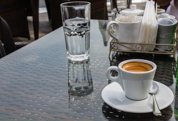 Чашка кофе в летнем кафе