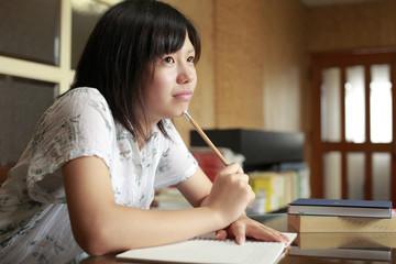 ノートをとる女の子