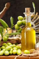 bottiglietta d'olio e olive