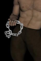 uomo con catena in mano