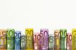 Eine Reihe von gerollten Euro-Geldscheinen