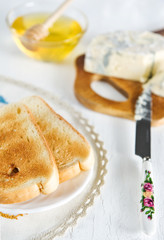 Toast, honey and blue cheese