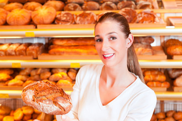 Bäckerin in ihrer Bäckerei verkauft Brot