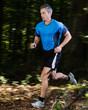 Jogger im Wald in Bewegungsunschärfe
