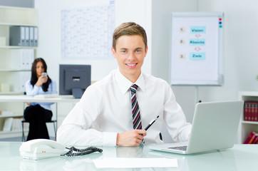 auszubildender im büro