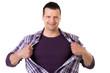 mann reißt sein hemd auf