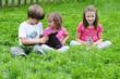 Kinder füttern Häschen
