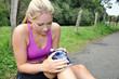 Joggerin mit Kniebeschwerden