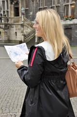 Junge Frau bei Städtereise