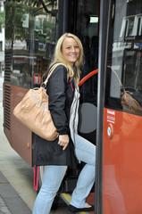 Junge Frau steigt in Bus