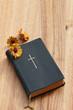 Altes Gebetbuch mit Blüten der Ringelblume