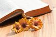 Aufgeschlagenes Gebetbuch mit Ringelblumen