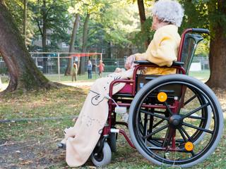 Rollstuhlfahrerin allein im Park
