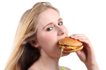 Mädchen beißt in vegetarischen Burger