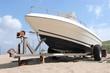 Motorboot am Strand auf Transportanhänger - 45005983