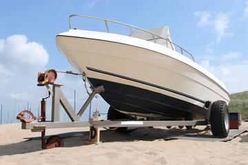 Motorboot am Strand auf Transportanhänger