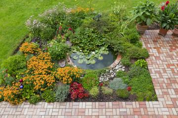Gartenanlage mit Teich und Terrasse