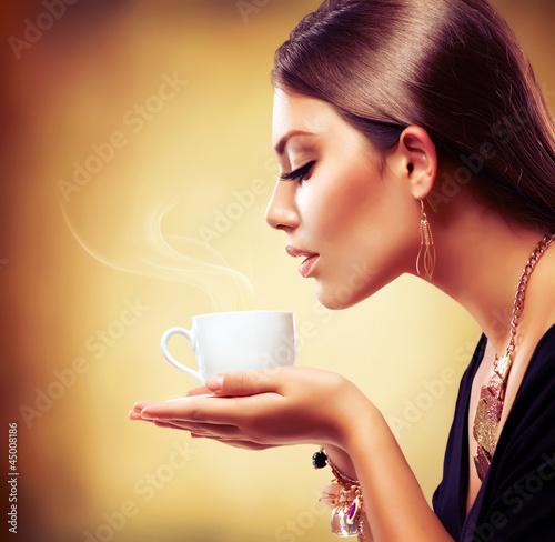 Kawa. Beautiful Girl picia herbaty lub kawy