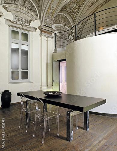 Tavolo da pranzo moderno con sedie di plastica for Tavolo trasparente