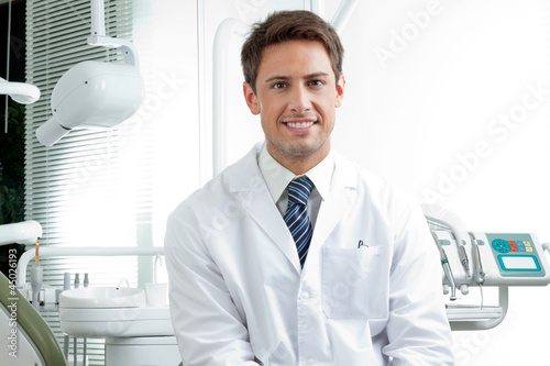 Leinwanddruck Bild Happy Male Dentist In Clinic