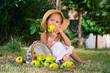 девочка кусает яблока на полянке