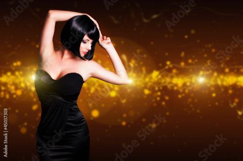 attraktive junge Frau vor Lichterhintergrund