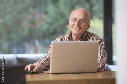 canvas print picture Senior am Laptop
