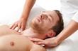 Mann entspannt bei der Massage